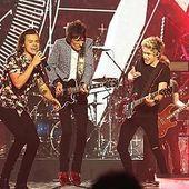X Factor UK: Ronnie Wood si One Direction pe aceasi scena (video)