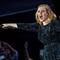 Adele a certat o fana pentru ca filma in timpul concetului